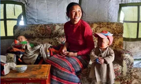 藏北草原牧女带着小孩开起帐篷茶馆