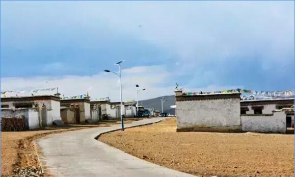 色林措湖畔的牧民新村——加雄村